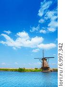Купить «Ветряная мельница вблизи Роттердама, Нидерланды», фото № 6997342, снято 21 октября 2018 г. (c) Сергей Новиков / Фотобанк Лори