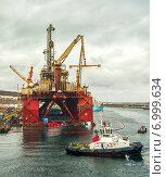 Буксир рядом с морской нефтяной вышкой. Стоковое фото, фотограф Павел Ерыкин / Фотобанк Лори