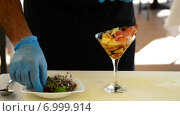 Купить «В коктейль добавляют зелень», видеоролик № 6999914, снято 18 октября 2014 г. (c) Manuel Mata Gallego / Фотобанк Лори