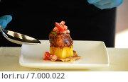 Купить «Блюдо из лосося и манго», видеоролик № 7000022, снято 18 октября 2014 г. (c) Manuel Mata Gallego / Фотобанк Лори
