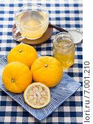 Ароматную цедру плодов юдзу смешивают с медом чтобы получить сироп для юдзу-ча, традиционного напитка популярного в Японии и Корее в горячем и холодном виде. Стоковое фото, фотограф Алексей Копытько / Фотобанк Лори