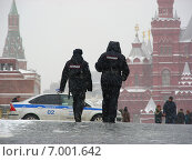 Купить «Полицейский патруль на Красной площади в Москве зимой», эксклюзивное фото № 7001642, снято 8 февраля 2015 г. (c) lana1501 / Фотобанк Лори