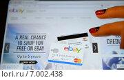 Купить «Женщина с планшетом делает покупки на ebay», видеоролик № 7002438, снято 11 февраля 2015 г. (c) Mikhail Erguine / Фотобанк Лори