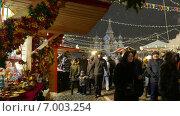 Сувенирные ряды на новогодней ярмарке на Красной площади около Кремля. Москва, январь 2015. Редакционное видео, видеограф Арташес Оганджанян / Фотобанк Лори