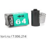 Черно-белая фотопленка в кассете и коробка от пленки на белом фоне (2015 год). Редакционное фото, фотограф Наталья Осипова / Фотобанк Лори