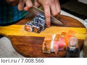Шеф-повар готовит суши. Стоковое фото, фотограф Artem Kotelnikov / Фотобанк Лори