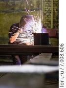 Сварщик в маске во время работы. Стоковое фото, фотограф Artem Kotelnikov / Фотобанк Лори