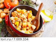 Купить «Куриное филе, тушенное с тыквой и картофелем, на деревянном столе», фото № 7009334, снято 12 февраля 2015 г. (c) Надежда Мишкова / Фотобанк Лори