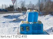 Купить «Продажа незамерзающей жидкости зимой на трассе», фото № 7012410, снято 6 февраля 2015 г. (c) Малышев Андрей / Фотобанк Лори