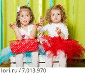 Две очаровательные маленькие девочки в пышных юбках с подарочными коробками в руках. Стоковое фото, фотограф Евгения Устиновская / Фотобанк Лори
