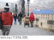 Шарманщик на Карловом мосту в Праге (2013 год). Редакционное фото, фотограф Настя Стоянова / Фотобанк Лори