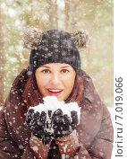 Купить «Симпатичная молодая женщина играет со снегом на открытом воздухе», фото № 7019066, снято 17 февраля 2013 г. (c) Игорь Соколов / Фотобанк Лори