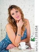 Девушка за столиком кафе. Стоковое фото, фотограф Куликова Вероника / Фотобанк Лори