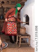 Женщина в Удмуртском национальном костюме у печи. Стоковое фото, фотограф Abogdanov / Фотобанк Лори