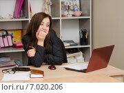 Девушка в шоке перед компьютером. Стоковое фото, фотограф Иванов Алексей / Фотобанк Лори
