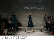 NEW YORK, NY - FEBRUARY 14: Models walk the runway finale at Son Jung Wan fashion show during Mercedes-Benz Fashion Week Fall 2015 at Lincoln Center on February 14, 2015 in New York City. Редакционное фото, фотограф Anton Oparin / Фотобанк Лори