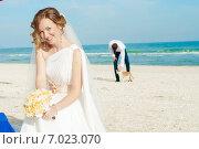 Невеста с букетом и жених на морском пляже. Стоковое фото, фотограф Евгения Устиновская / Фотобанк Лори