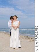 Невеста и жених на морском пляже. Стоковое фото, фотограф Евгения Устиновская / Фотобанк Лори