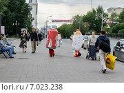 Купить «Люди в рекламных костюмах гамбургера и Кока-колы идут по улице», фото № 7023238, снято 31 июля 2009 г. (c) Зезелина Марина / Фотобанк Лори