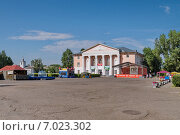 Дворец культуры на площади в Шушенском (2014 год). Редакционное фото, фотограф Светлана Попова / Фотобанк Лори