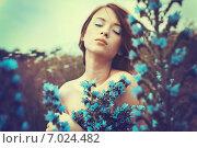 Красивая молодая девушка позирует в поле с цветами. Стоковое фото, фотограф Ильина Анна / Фотобанк Лори