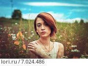 Красивая молодая девушка в поле. Стоковое фото, фотограф Ильина Анна / Фотобанк Лори