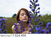 Красивая молодая девушка в полевых цветах летом. Стоковое фото, фотограф Ильина Анна / Фотобанк Лори