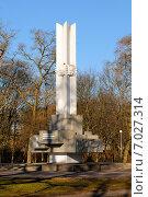 Купить «Монумент героям-комсомольцам, погибшим при штурме Кёнигсберга. Калининград», фото № 7027314, снято 16 февраля 2015 г. (c) Сергей Куров / Фотобанк Лори