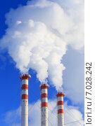 Купить «Белый дым из труб городской газовой котельной», фото № 7028242, снято 18 февраля 2015 г. (c) Григорий Писоцкий / Фотобанк Лори