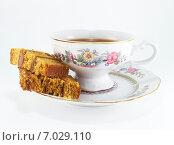Два кусочка медового торта и чашка черного чая с лимоном. Стоковое фото, фотограф Дарья Андрианова / Фотобанк Лори