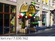 Купить «Уличное кафе в центре Москвы с зелеными растениями и белыми фонарями у входа», фото № 7030162, снято 18 февраля 2015 г. (c) Владислав Осипов / Фотобанк Лори