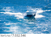 Купить «Катер быстро плывет на буксире», фото № 7032546, снято 3 февраля 2013 г. (c) Сергей Дубров / Фотобанк Лори