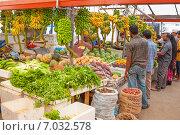 Купить «Толпа мальдивцев покупает овощи и фрукты на рынке», фото № 7032578, снято 12 февраля 2013 г. (c) Сергей Дубров / Фотобанк Лори