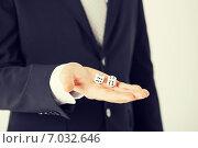 Купить «mans hand holding white casino dice», фото № 7032646, снято 21 марта 2013 г. (c) Syda Productions / Фотобанк Лори