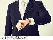 Купить «man looking at wristwatch», фото № 7032654, снято 21 марта 2013 г. (c) Syda Productions / Фотобанк Лори