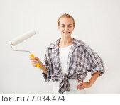 Купить «Young woman doing repairs», фото № 7034474, снято 13 мая 2013 г. (c) Гладских Татьяна / Фотобанк Лори