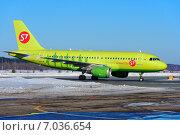 Купить «Ярко-зеленый самолет Airbus A-320 компании S7 по рулежной дорожке едет на стоянку», фото № 7036654, снято 17 февраля 2015 г. (c) Nikolay Pestov / Фотобанк Лори