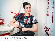 Красивая брюнетка в черном платье. Стоковое фото, фотограф Петрова Инна / Фотобанк Лори