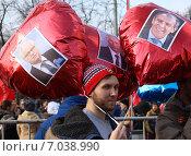 Мужчина держит воздушные шары с изображениями российских политиков (2015 год). Редакционное фото, фотограф Данила Васильев / Фотобанк Лори