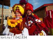 Купить «Скоморохи перед выступлением на Красной площади в центре города Москвы во время празднования Широкой Масленицы», фото № 7042834, снято 21 февраля 2015 г. (c) Николай Винокуров / Фотобанк Лори
