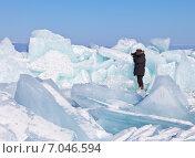 Байкал. Малое Море. Фотограф в теплой одежде снимает ледяные торосы. Стоковое фото, фотограф Виктория Катьянова / Фотобанк Лори