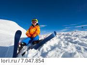 Купить «Мальчик-горнолыжник сидит в сугробе», фото № 7047854, снято 19 января 2015 г. (c) Сергей Новиков / Фотобанк Лори