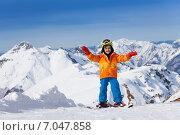 Купить «Маленький мальчик-горнолыжник стоит на фоне гор», фото № 7047858, снято 19 января 2015 г. (c) Сергей Новиков / Фотобанк Лори