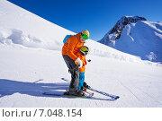 Купить «Инструктор учит мальчика кататься на горных лыжах», фото № 7048154, снято 23 января 2015 г. (c) Сергей Новиков / Фотобанк Лори