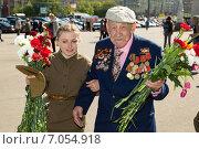 Купить «Девушка помогает ветерану», эксклюзивное фото № 7054918, снято 9 мая 2014 г. (c) Михаил Ворожцов / Фотобанк Лори