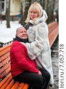 Купить «Счастливая пара. Влюблённые мужчина и женщина возле длинной лавочки в парке зимой», эксклюзивное фото № 7057718, снято 23 февраля 2015 г. (c) Игорь Низов / Фотобанк Лори