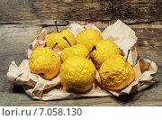 Сморщенные старые желтые яблоки на мятой бумаге. Стоковое фото, фотограф Marina Kutukova / Фотобанк Лори