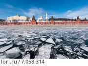 Купить «Кремль. Ледоход на Москве-реке», фото № 7058314, снято 28 марта 2013 г. (c) Охотникова Екатерина *Фототуристы* / Фотобанк Лори