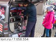 Купить «Масленица. Мобильная кофейня. Бариста делает кофе клиенту», фото № 7058554, снято 22 февраля 2015 г. (c) Павел Лиховицкий / Фотобанк Лори
