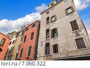 Купить «Венецианские традиционные дома. Вид снизу», фото № 7060322, снято 4 ноября 2013 г. (c) Евгений Ткачёв / Фотобанк Лори